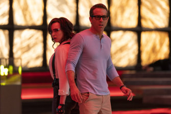 Jodie Comer and Ryan Reynolds in Free Guy.