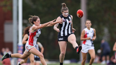 Davey playing for the Pies in the 2021 AFLW season.