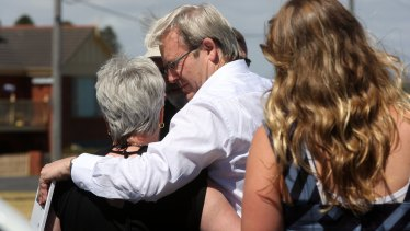 Kevin Rudd flew into Warrnambool to visit Leon and Joan Davey who lost their son Robert and his family in the Black Saturday fires.