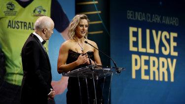 Elysse Perry accepts the Belinda Clark Award.
