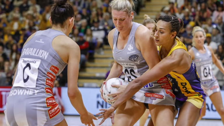 Collingwood's Caitlin Thwaites and the Lightning's Geva Mentor.