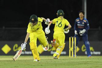 Beth Mooney and Nicola Carey run between the wickets to score the game-winning runs.
