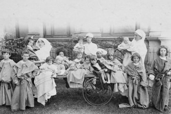 Nurses and patients outside the Royal Exhibition Building during the pandemic of 1918-19.