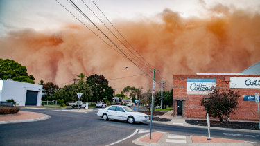 The dust storm hits Mildura.