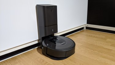 The Roomba i7+ and its automatic dirt disposal clean base.