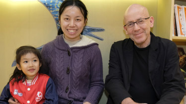 Morris Gleitzman with 5-year-old Beijing reader Zhang Xinyan and her mother Dong Wenfang, at Beijing Happy Space.