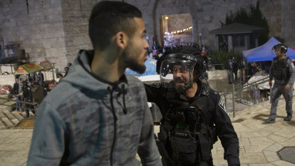 200 Palestinians, dozens of Israeli police injured in Jerusalem clashes