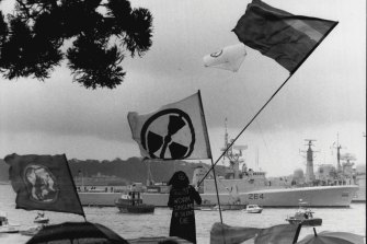 Anti-nuclear demonstrators protest at Lady Macquarie's Chair as visiting warships arrive at Garden Island in Sydney Harbour, 1986.