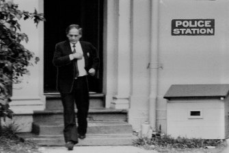 Abe Saffron leaves Rose Bay Police Station after his bail check on November 15, 1985.