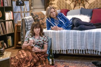 Dead to Me's Jen (Christina Applegate) and Judy (Linda Cardellini) bond in the series over multiple glasses of wine.