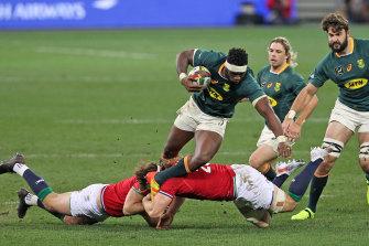 Siya Kolisi of Springboks being tackled by Owen Farrell and Hamish Watson.