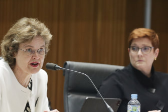 Sekretaris DFAT Frances Adamson dan Menteri Luar Negeri Marise Payne di Gedung Parlemen di Canberra