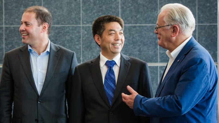 Ye Cheng, of Landbridge, and then trade minister Andrew Robb andMinister for Resources, Energy and Northern Australia, Josh Frydenberg in 2015.