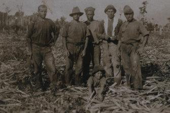 Leonardo Parisi with his workers around 1930.