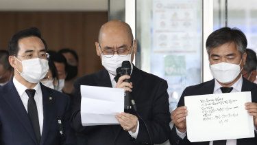 Officials from the Seoul Metropolitan Government show a note, right, left by Park Won-soon.