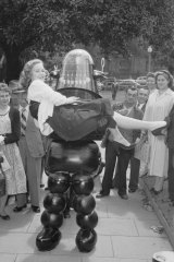 """Robby The Robot demonstrates """"chucking-out"""" technique in Sydney on 16 October 1956."""