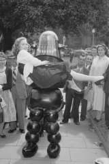 "Robby The Robot demonstrates ""chucking-out"" technique in Sydney on 16 October 1956."