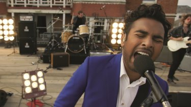 Jack Malik (Himesh Patel) wakes up in a world where the Beatles never existed in Yesterday.
