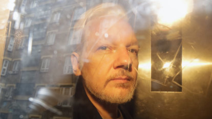Ecuadorians to let US officials 'help themselves' to Assange's gear