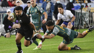 New Zealand's Richie Mo'unga, left, beats Australia's Noah Lolesio to score his during the Bledisloe rugby test between the All Blacks and the Wallabies at Stadium Australia, Sydney, Australia, Saturday, Oct. 31, 2020. (AP Photo/Rick Rycroft)