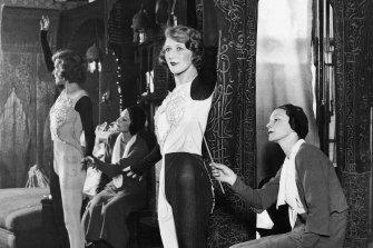 Doris Zinkeisen paints on the body of actress Heather Thatcher in 1930.