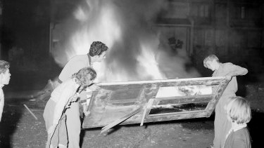Locals build their bonfire in Paddington in Sydney's east, 23 May 1959.