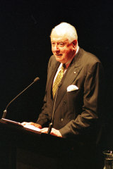 Former PM Gough Whitlam speaks at the memorial service for Don Dunstan in February 1999.