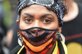 Kanisha Bamblett, 20, pada pawai Hari Invasi di Melbourne pada hari Selasa.