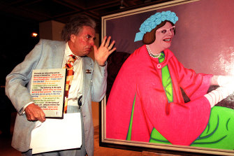 Sir Les Patterson in 1999 with the 1969 Archibald portrait of Dame Edna Everage.