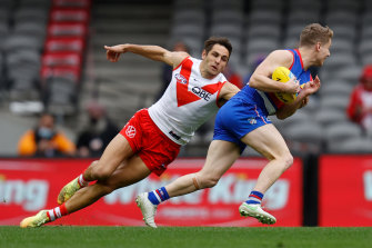 Josh Kennedy attempts to tackle Lachie Hunter.