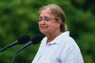 Bibi Joy Wandin Murphy berbicara pada upacara pengibaran bendera resmi di Gedung Pemerintah pada Selasa pagi