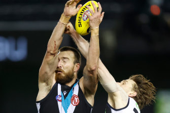 Charlie Dixon and Jordan Roughead compete for a mark.