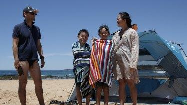 Keluarga St Ives Matt, Alister, Taylor, dan Emily Henshaw melewatkan kunjungan ke pantai Mona Vale selama penguncian Pantai Utara.