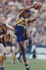Chris Lewis outmarks Hawthorn 's James Morrisey.