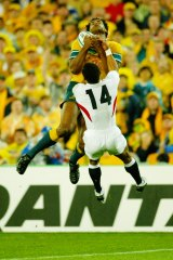 Lote Tuqiri beats England's Jason Robinson to the ball, resulting in Australia's first try of the 2003 Rugby World Cup final.