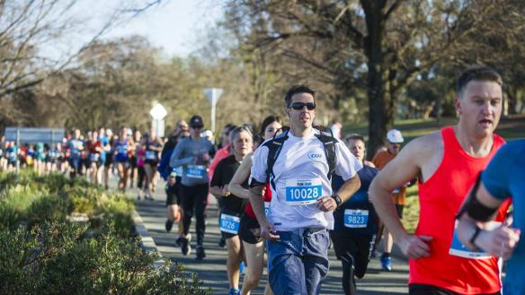 Under cloudless Canberra sky, thousands flock to fun run