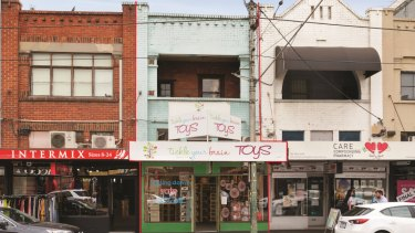 A two level shop in the heart of bustling Glenferrie Road retail village has sold.