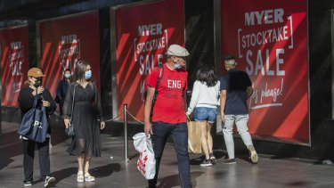 Shoppers in Bourke Street Mall on Boxing Day 2020.