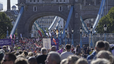Os corredores cruzam a Tower Bridge para a Maratona de Londres.