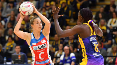 Paige Hadley (left) of the Swifts takes on Phumza Maweni of the Lightning in Round 11.