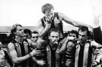 Leigh Matthews is chaired off after his last game for Hawthorn in 1985.