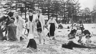 In this shot of Manly Beach during the epidemic, some beach-goers wear protective masks.