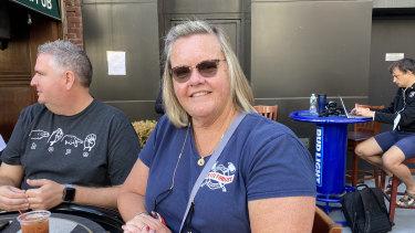 La bombero Wendy Norman bebe un Bloody Mary en el pub O'Hara's cerca del sitio del World Trade Center.