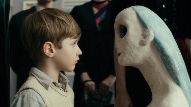 Cai Cohrs plays the young Kurt.
