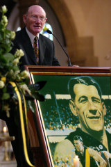 Kevin Bartlett delivers a eulogy at the funeral of Jack Dyer