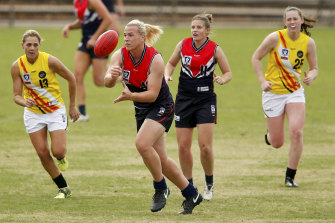 Hannah Mouncey (centre) playing in the VFLW competition.