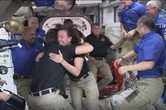 Questa foto fornita dalla NASA, gli astronauti di SpaceX sono ricevuti dagli astronauti della Stazione Spaziale Internazionale.