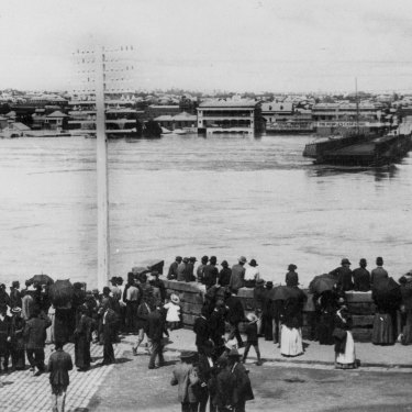 Crowd gathered on the north bank of the Brisbane River, observing the floodwaters which washed away the Victoria Bridge, 1893