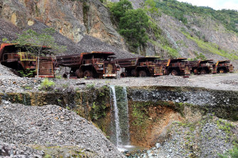 The Panguna copper mine closed down in 1989 after it was sabotaged by revolutionaries.