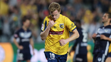 Hitting the spot: Matt Simon celebrates after converting a late penalty for the Mariners against Melbourne Victory.